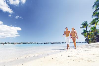 Paar am Strand von Mauritius
