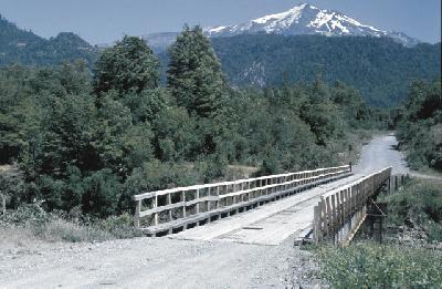Holzbrücke in der chilenischen Seenregion